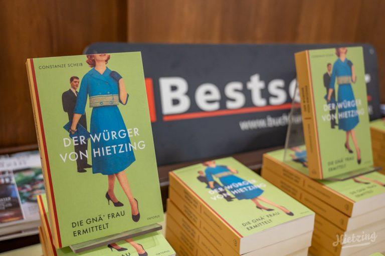 """Mehrere Exemplare von """"Der Würger von Hietzing"""" auf einem Büchertisch, dahinter ein Aufsteller: Bestseller Buchhandlung"""