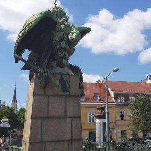 Grimmig dreinblickender großer Bronzeadler auf einer Säule auf der Kennedybrücke