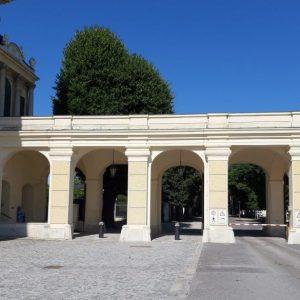 Torbögen auf der Seite des Schloss Schönbrunn