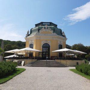 achteckiger, gelber Kaiserpavillon mit grünem Dach im Tiergarten Schönbrunn